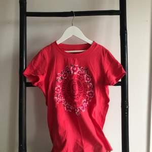 Säljer jättefin juicy couture t-shirt på grund av för liten. Endast använd ett fåtal gånger. Skriv privat för fler bilder💜