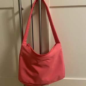 Super fin liten handväska som jag tyvärr aldrig använder, helt nytt skick endast använd en gång. Nypris 249, slutsåld på Gina tricot. Kan mötas upp men annars står köparen för frakt!💕✨