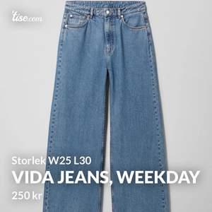 Vida jeans från Weekday i storlek W25 L30 (ungefär S). Använda fåtal gånger pga dom är lite för stora för mig i midjan. Frakt 50kr
