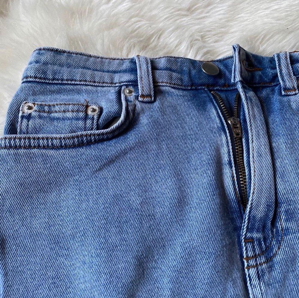 Ljusblå jeanskjol stl 34/XS. Köpt från Boohoo (modell petite). Säljs i nyskick, 100kr + frakt☀️. Kjolar.