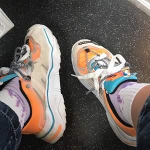 Säljer dessa färgglada skor som är o storlek 40 men passar bättre på storlek 39 då dom är lite stora i storleken, frakt tillkommer❤️