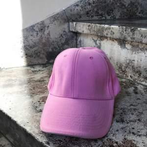 En rosa keps med lite sammet tyg. Har 2x. Först till kvarn! 💖