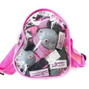 Ett rosa kit med skateskydd för armbåge och knä. I bra skick med lite slitning på förvaringspåsen.