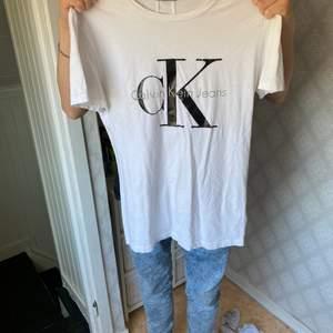 Calvin Klein t-shirt knappt använd🤍säljer pga för liten🤍
