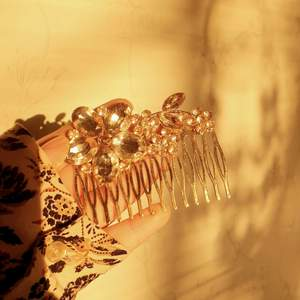 🧚♀️FÖRST TILL KVARN!🧚♀️ En jättevacker hår accessoar från Glitter. Grymt fin och ger det lilla extra på en hårfrisyr. Älskar den men använder inte ofta nog🥺💔 Så fin att ha till vardags eller till nån fest. Vill bli av med ASAP! PRIS: 130kr + frakt