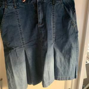 Lång jeanskjol i storlek 38. Fraktkostnad tillkommer