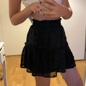 Superfin svart kjol med fina detaljer! Dubbeltyg så ej genomskinlig 🙏🏻 Aldrig använd och frakt tillkommer 💕 Jag är 165cm!
