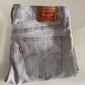 Säljer mina gråa Levis jeans i modellen 711 skinny, storlek 27 som motsvarar storlek 36-38 ungefär. Använda fåtal gånger och är i mycketbra skick. Kan mötas upp i Göteborg men kan även skicka.🥰