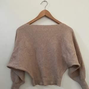 Superskön Princess Polly sweater, använd en gång men säljer den på grund av att den inte längre är min stil. Den är jätte mjuk och är inte supertjock satt den passar bra till sommaren, i nyskick