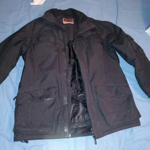 En L.brandor jacka, svart. OBS! Köpare står för frakt! Budgivning