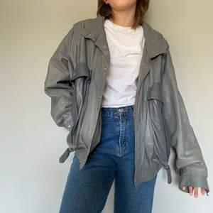 Skitsnygg grå vintage läderjacka. Sliten men annars i bra skick❤️