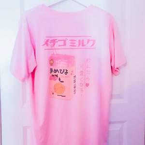 Rosa tröja, lägger ut igen då köparen aldrig svarade♡ köparen står för frakten♡ passar strl S-L då jag tror den är en oveesize M♡