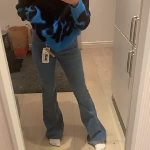 Säljer ett par skitsnygga blåa flare midwaist jeans från MANGO. Aldrig använt och prislapp kvar!💓 Sitter jätte bra och är så bekväma. Storlek 34 och är midwaisted. Ordinarepris:300kr