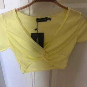 Jättesöt gul topp från Pretty little thing! Storlek 8, motsvarande 36. Jag skulle personligen säga att den är liten i storleken, snarare en 34☺️ Aldrig använd, prislappen är kvar!