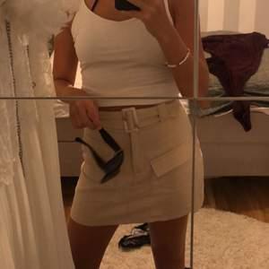 Säljer denna snygga kjol som tyvärr har blivit för liten!! Den är från missguided, storlek 36. 150kr+frakt