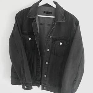 Sjukt snygg oversized jacka i en grå wash från zalando. Endast använd ett par gånger. Perfekt nu till våren/sommaren och är lätt att styla! Passar strl S-M beroende på hur man vill att den ska sitta