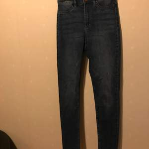 Mörkblåa jeans oanvända.