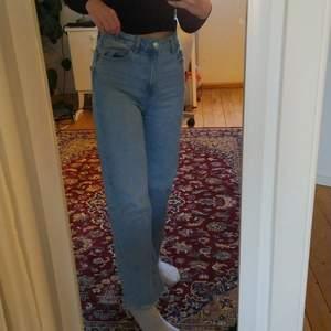 Ett par raka ljusa jeans från lager 157 i strl S, jättefina och sköna. Inga fläckar🌼