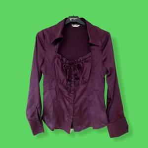 Unik snygg skjorta/blus med snygga detaljer! 💜 Priset kan diskuteras. Köpare står för frakten! Skriv för fler bilder 🦋