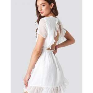 Jättefin vit studentklänning med öppen rygg. Aldrig använd.