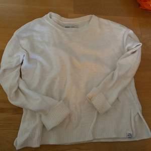 Mysig vit stickad tröja! Från superdry. Super bra skick. Storlek xs, men passar större! Säljer för 100kr