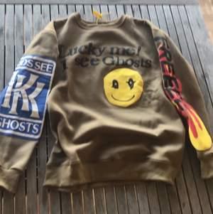 Säljer min helt oanvända kanye sweatshirt (inte äkta kanye) med skit snygga utptsticlackande tryck☺️ hör av dig för mer bilder eller frågor😍