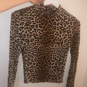 Långärmad leopard mönstrad tröja i storlek XS med stretchigt material som sätter sig efter kroppen. Köparen står för frakten 🥰🥰