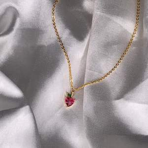 Super gulligt halsband som passar perfekt till våren/sommaren. Den är 40 cm + 5 cm (justerbar). Helt ny/oanvänd. Fri frakt 🍓