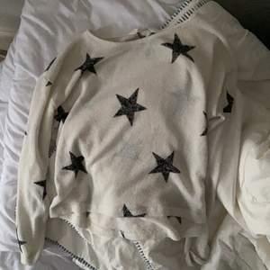 Väldigt fin stjärn tröja från hm, som inte används längre. Väldigt tunn och kan vara lite, lite genomskinlig men inget som jag tänkt på. Väldigt lite storlek men passar mig som har runt 152-164 i barn, bara lite kort i ärmarna isf🤍