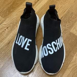 Säljer mina love moshino skor då de ej används mer. Använda exakt 2 gånger och kommer i super skick. Köptes på zalando för 1800 säljer de för 1000. Pris kan diskuteras. Och fler bilder kan skickas.