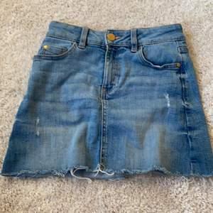 Blå jeans kjol från Lindex❤️ har klippt bort lappen så ser inte stoleken men skulle tro att den passar för xxs💓 det är som trå slitmärken som man ser på bilden och den är köpt så🌸 köparen står för frakt