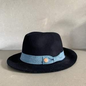 Mörkblå hatt med denimband💙