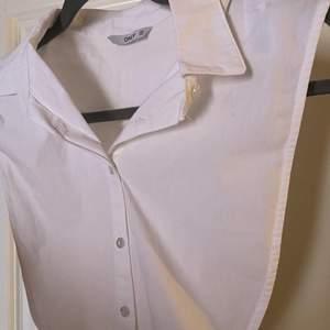 Säljer denna kragen som är perfekt till att ha under tröjor 😊. Säljer då den inte kommer till andvändning. Endast testad! Köparen står för frakt💓