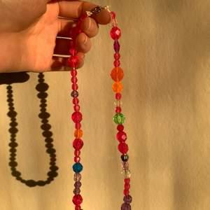 Handgjort halsband med pärlor som påminner om discokulor:) Ca 43 cm.