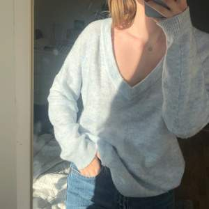 Fin ljusblå stickad. Lite oversized på mig som är en S💙 kan frakta också! (köparen står isåfall för frakten)