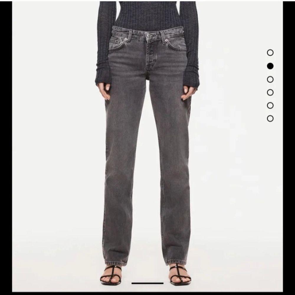 Funderar på att sälja mina sjukt populära och snygga jeans från zara. Jag kan tänka mig att byta mot ett par i 34, annars buda från 200kr privat❤️❤️ LEDANDE BUD: 660kr. Jeans & Byxor.