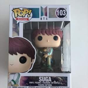 Säljer den här Pop figuren, Med en BTS membrer Suga. Jätte bra kvalite, den har inga skador!! Pop figuren är helt ny har aldrig tagit figuren ut från lådan, skriv gärna om ni har frågor !! <33
