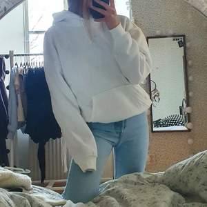 Oanvänd hoodie från BikBok. Storlek XS men väldigt stor i storleken. Tjockt, jätteskönt tyg. Helt oanvänd pga trivs inte riktigt i så stora kläder. Jag är vanligtvis xs och den är aningen större än den ser ut att vara på bilderna. 200 kr + ca 60 kr frakt <3