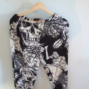 Nu säljer jag dessa svart vita skelett byxor som är ifrån shein. Dom är använda några gånger men är fortfarande i ganska bra skick. Byxorna är I storlek XS som du även kan se på en utav bilderna. Du står för frakten!