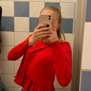 En jätte fin röd långärmad tröja med volanger!💕