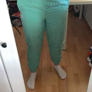 Säljer mina adidas byxor köpa på Junkyard. Säljer de då de sitter lite tajt på mig. Är i ett träningsmaterial. Storlek 40. Frakten kan variera