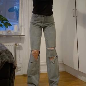 Säljer dessa coola jeans med slitningar. De går ner till marken på mig som är 177cm lång. Har använts sparsamt och är i mycket bra skick. Hör av dig om du är intresserad! Köparen står för frakten.