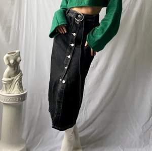 Intressekoll på denna underbara jeansdröm från urban outfitters i storlek XS! Köpt second hand och bilderna är lånade från förra säljaren🥰  men den passade tyvärr inte mig som jag önskat💔 verkligen en dröm i garderoben!!