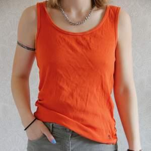 Ett avslappnat linne i bomull. Orange färgad. Blir större för varje gång en har på sig den ☺️ vilket kan vara skönt! Kolla gärna mina andra annonser! ❤️