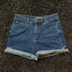Ett par jättefina mörkblåa jeansshorts från pimkie i bra skick. De går också att vika ned så att de blir lite längre i benen om man vill. De är i storlek S men jag skulle säga att de även passar en M.