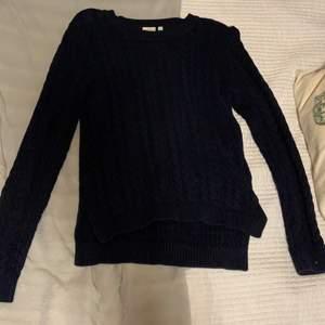 Superfin stickad tröja i en mörkblå färg. Köpt på JC från märket crocker. Endast använd ett fåtal gånger och säljer då jag inte längre använder den så mycket som jag birde.:)