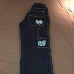Fett snygga mörkblå Wu-Tang Clan jeans från 90-talet. 100% äkta och skulle kunna gå för flera tusen i en större storlek:) måtten är 87cm långa ben och 38 cm i midjan! Skulle säja att de skulle passa någon mellan 160 och 165cm. Kan mötas upp i Örebro eller frakta👍