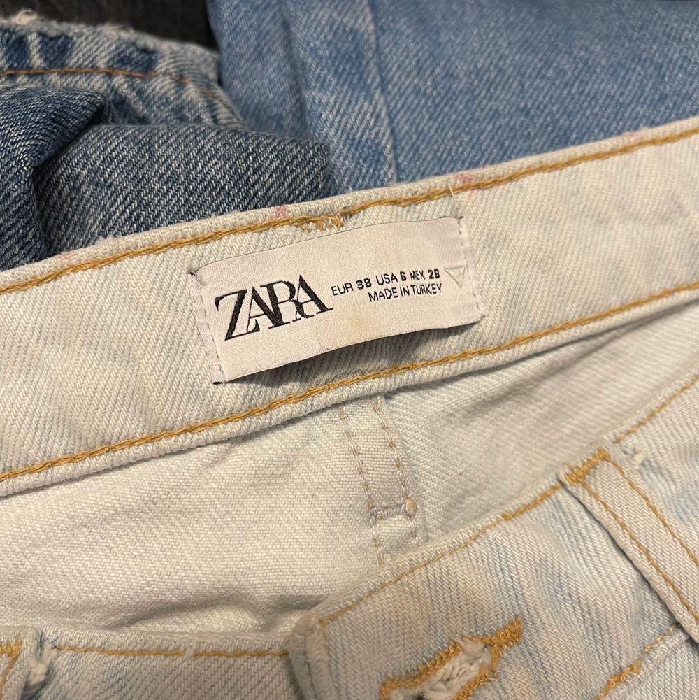 Säljer mina älskade zara jeans som inte används :/// De hr en slits längst ner o så fin färg nu till sommar/vår💕💕 Storlek 38 men passar även 36! Helt slutsålda på webb o i butik. Första bilden är inte jag, andra är jag och jag är 176cm💕. Jeans & Byxor.