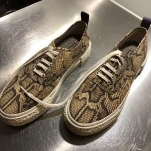 Ett par najs sneakers från HMs dropp med Eytys. Ormmönstrade och med snörning. Storlek 40. Kan mötas upp i Stockholm eller leverera men då står köparen för frakten!
