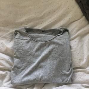 En grå jättefin långärmad basic tröja, bra skick och inte andvänt mycket. Tunn så skön till en kall sommarkväll💗 tveka inte att kontakta om bild på tröjan på mig eller andra frågor💘